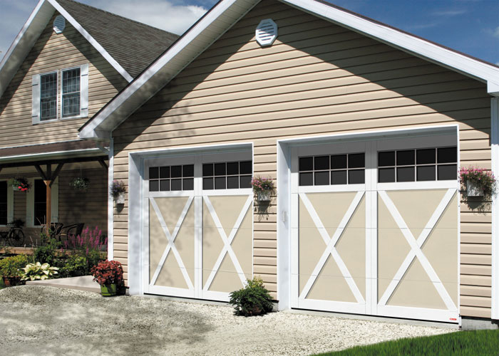 Portes de garage de style champêtre · Eastman et Cambridge